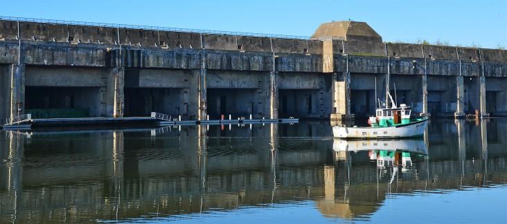 Le bassin du port, miroir parfait pour la base sous-marine
