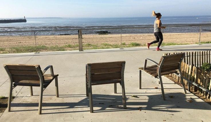 courir-front-de-mer-chaises