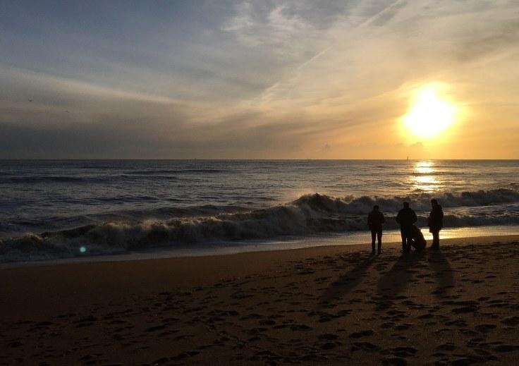 gens-plage-soir