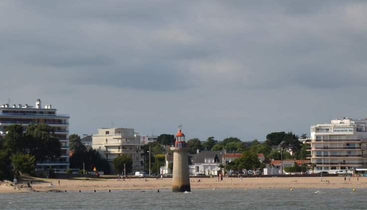 phare-devant-la-plage