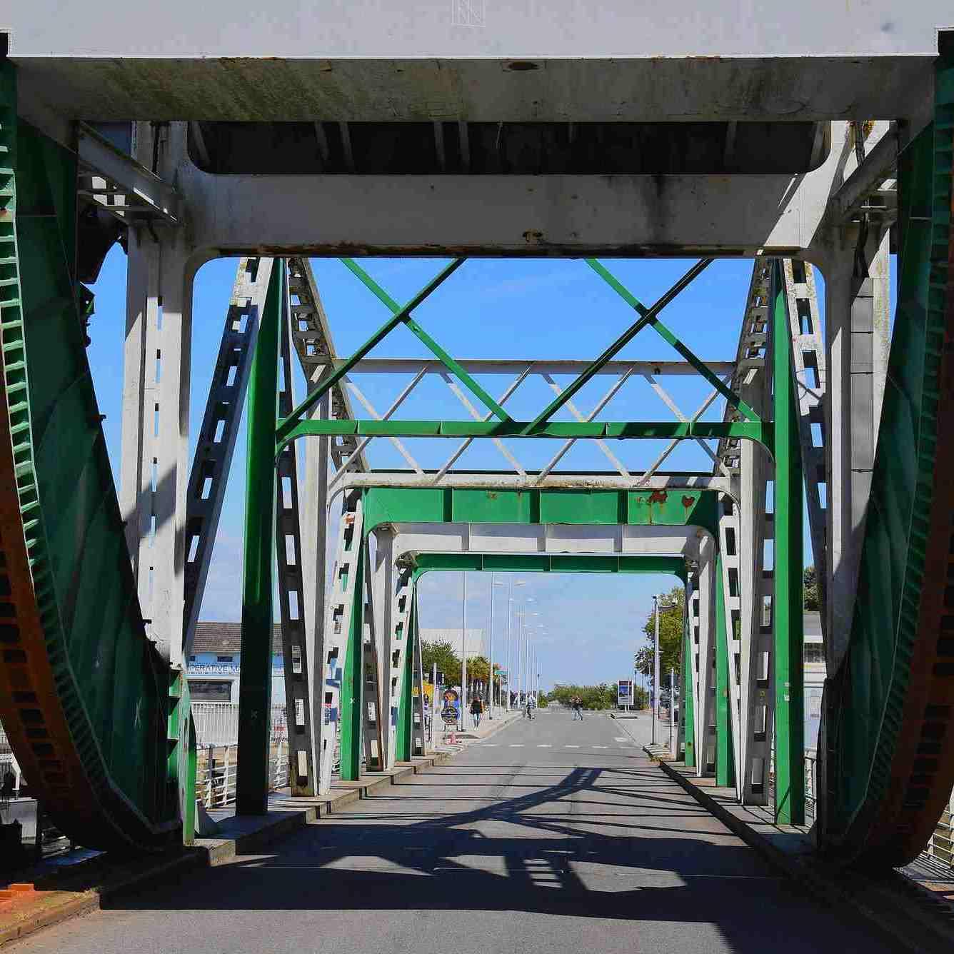 La structure métallique du pont levant de l'écluse sud dans le port de Saint-Nazaire.